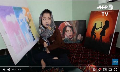 Afghanistan: Robaba, 19 ans, handicapée, artiste inspirante