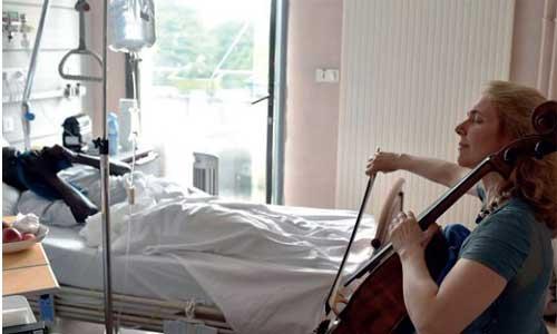 Art thérapie, elle joue du violoncelle au chevet de patients