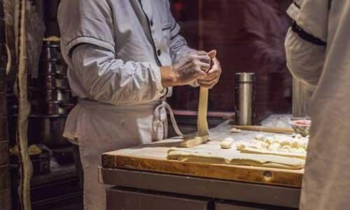 Chine: un boulanger aide les sourds à gagner leur croûte