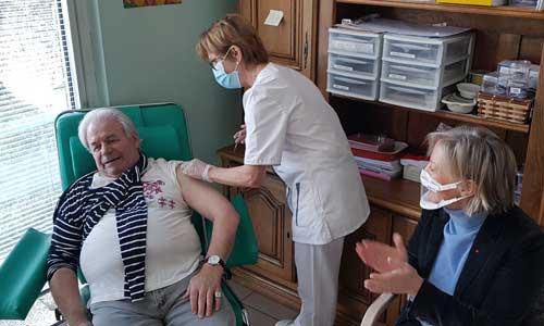 Covid: la 1ère personne handicapée en établissement vaccinée