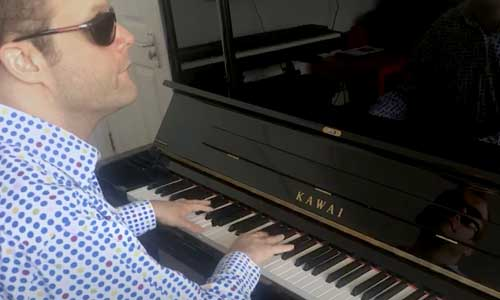 Derek, aveugle et autiste : un film sur ce musicien prodige