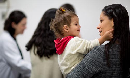 Ecole des parents : communiquer avec un enfant sourd !