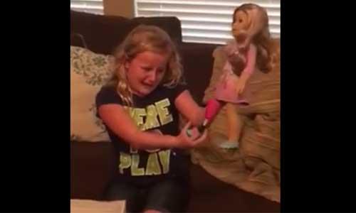 Emotion: elle découvre sa poupée avec prothèse, comme elle !