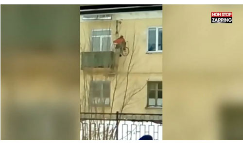 En fauteuil, il accède à son appartement par la façade