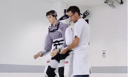 Exosquelette : les premiers pas d'un patient tétraplégique!