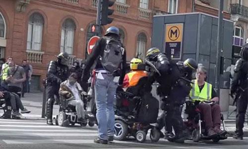 Gilets jaunes : un fauteuil roulant est-il une arme ?
