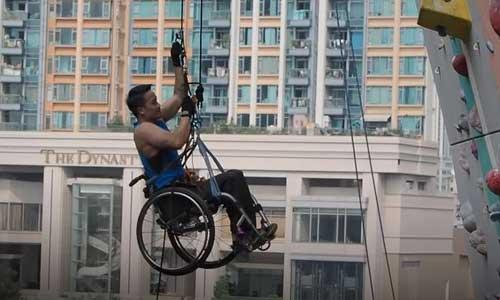 Il gravit un gratte-ciel de Hong Kong dans son fauteuil