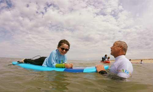 Des adolescents malvoyants se dépassent grâce au surf