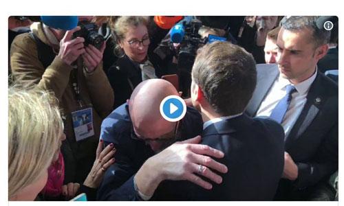 L'accolade de Macron à un retraité handicapé