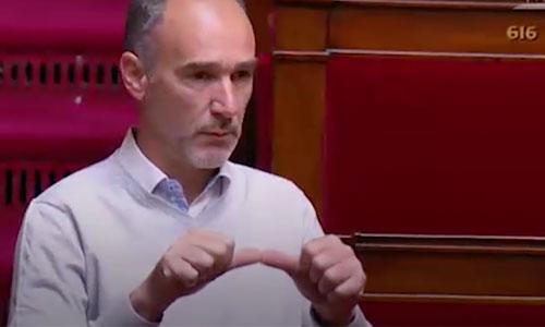 Le message percutant d'un député en langue des signes