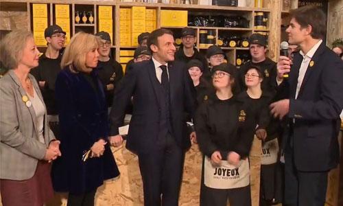 Macron inaugure le Café Joyeux des Champs-Elysées