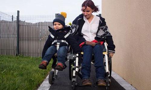 Maman myopathe, elle invente un side-car clipsé au fauteuil