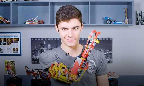 Prothèse en Lego: la folle idée de David, né sans avant-bras
