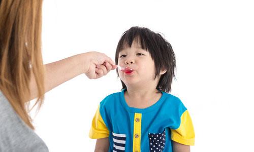 Refus de traitements en crèches : trop d'enfants exclus ?