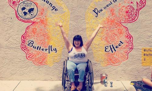 Spina bifida : une YouTubeuse épanouie en fauteuil roulant !
